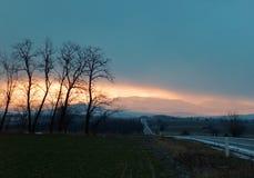 Nascer do sol do inverno sobre a montanha fotografia de stock