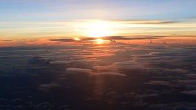 nascer do sol 4K real sobre nuvens video estoque