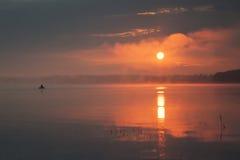Nascer do sol, lago grande e pescador no barco Landscap horizontal Fotografia de Stock