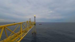 Nascer do sol do lapso de tempo com a operação do barco do grupo que move ao redor a plataforma do alargamento video estoque