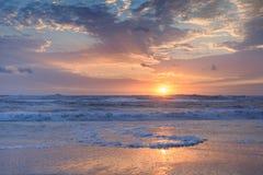Nascer do sol litoral de Oceano Atlântico do fundo horizontal foto de stock royalty free