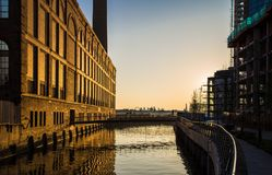 Nascer do sol Londres Inglaterra de Chelsea Harbour imagem de stock