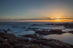 Nascer do sol longo da exposição na baía de Greyhope Foto de Stock