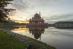 Nascer do sol majestoso na mesquita de Putra, Putrajaya Malásia Fotografia de Stock Royalty Free