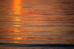 Nascer do sol do mar com nuvens e ondas Foto de Stock Royalty Free