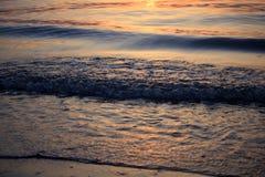Nascer do sol do mar com nuvens e ondas Foto de Stock