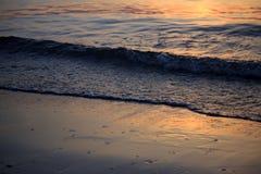 Nascer do sol do mar com nuvens e ondas Imagens de Stock