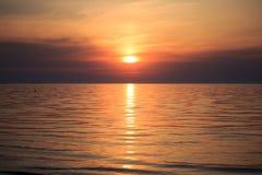 Nascer do sol do mar com nuvens e ondas Fotografia de Stock