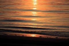 Nascer do sol do mar com nuvens e ondas Fotos de Stock Royalty Free