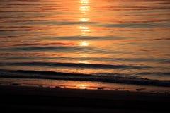 Nascer do sol do mar com nuvens e ondas Fotos de Stock