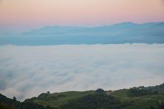 Nascer do sol, mar da nuvem, montanha e pavilhão em sessenta Mountai de pedra Fotos de Stock Royalty Free