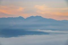 Nascer do sol do mar e da montanha da nuvem em sessenta montanhas de pedra Fotos de Stock Royalty Free