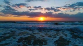 Nascer do sol do mar e ondas, vista aérea bonita filme