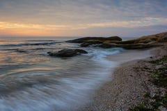 Nascer do sol do mar na costa do Mar Negro perto de Ravda, Bulgária Nascer do sol rochoso Fotografia de Stock Royalty Free