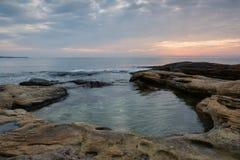 Nascer do sol do mar na costa do Mar Negro perto de Ravda, Bulgária Nascer do sol rochoso Imagens de Stock Royalty Free