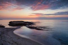Nascer do sol do mar na costa do Mar Negro perto de Ravda, Bulgária Nascer do sol rochoso Fotografia de Stock