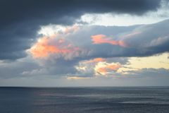 Nascer do sol maravilhoso no mar fora de Funchal, Madeira, Portugal imagem de stock