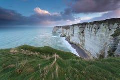 Nascer do sol marinho calmo sobre penhascos no oceano Imagens de Stock Royalty Free