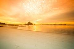 Nascer do sol morno na costa que negligencia a ponte atlântica da praia Imagem de Stock Royalty Free
