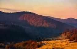 Nascer do sol morno no campo montanhoso imagens de stock