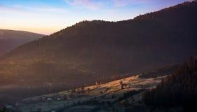Nascer do sol morno no campo montanhoso foto de stock royalty free