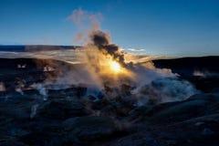Nascer do sol na área Altiplano Bolivi de Sol de Manana Geothermal Ative fotos de stock royalty free