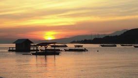 Nascer do sol na baía de Pemuteran, Bali - cabana e barcos na água vídeos de arquivo