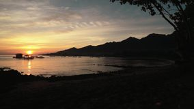 Nascer do sol na baía de Pemuteran, Bali - cabana e barcos na água video estoque