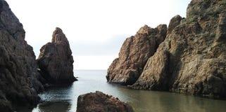 Nascer do sol na baía entre as rochas fotos de stock