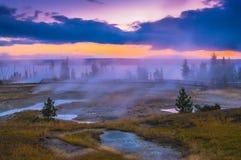 Nascer do sol na bacia ocidental do geyser do polegar - Yellowstone Fotos de Stock