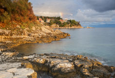 Nascer do sol na costa do kassiopi em Corfu greece fotos de stock