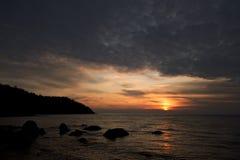 Nascer do sol na costa do Mar Negro, montanhas de Crimeia Fotografia de Stock