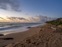 Nascer do sol na costa oriental de Kauai imagens de stock royalty free