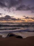 Nascer do sol na costa oriental de Kauai fotografia de stock