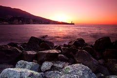 Nascer do sol na costa rochosa imagem de stock
