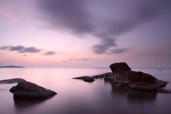 Nascer do sol na costa rochosa da praia de Lamai Imagem de Stock Royalty Free