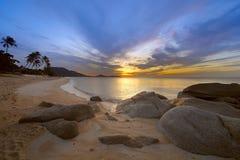 Nascer do sol na costa rochosa da praia de Lamai fotos de stock royalty free