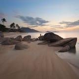 Nascer do sol na costa rochosa da praia de Lamai Fotografia de Stock Royalty Free