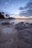 Nascer do sol na costa rochosa da praia de Lamai Imagem de Stock