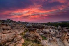 Nascer do sol na escrita no parque provincial de pedra em Alberta, Canadá Foto de Stock Royalty Free