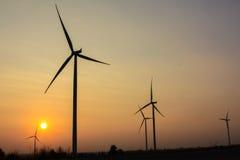 Nascer do sol na exploração agrícola do gerador de vento imagem de stock