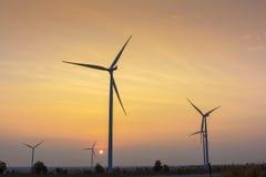 Nascer do sol na exploração agrícola do gerador de vento foto de stock