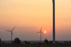 Nascer do sol na exploração agrícola do gerador de vento imagens de stock royalty free