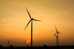 Nascer do sol na exploração agrícola do gerador de vento imagem de stock royalty free