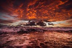 Nascer do sol na ilha de fraser com ondas imagens de stock