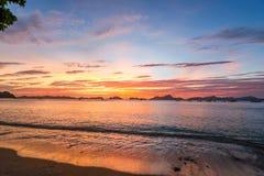 Nascer do sol na ilha tropical Imagens de Stock Royalty Free