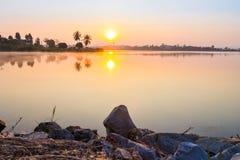 Nascer do sol na manhã com lago Fotografia de Stock