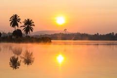 Nascer do sol na manhã com lago Fotos de Stock