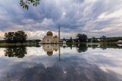 Nascer do sol na mesquita de flutuação foto de stock