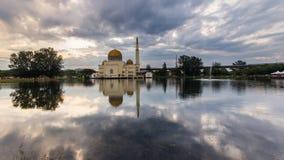 Nascer do sol na mesquita de flutuação imagem de stock
